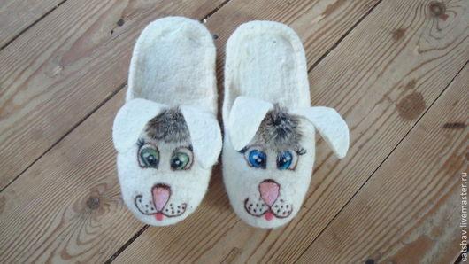 """Детская обувь ручной работы. Ярмарка Мастеров - ручная работа. Купить Тапочки детские. """"Зайки попрыгайки"""". Handmade. Белый, зайцы"""