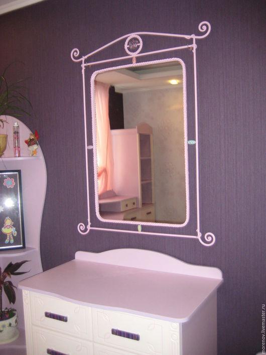 Зеркало в кованной раме ручной работы в комнату для девочки