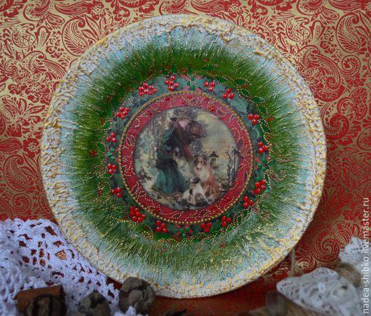 """Новый год 2017 ручной работы. Ярмарка Мастеров - ручная работа. Купить Новогодняя тарелка """"Дама с собачками"""". Handmade. Зеленый"""