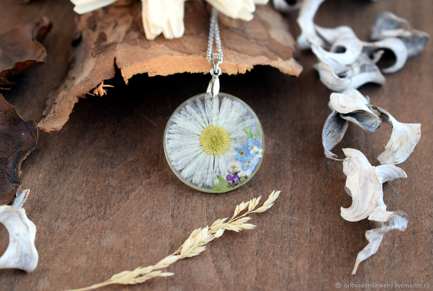 Pendant with chamomile and forget-me-nots. The pendant is made of resin with real flowers, Pendant, Engels,  Фото №1
