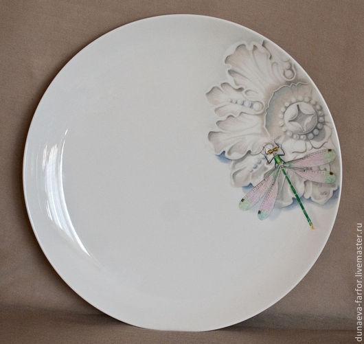 Общий вид блюда. Изысканная роспись, необычная композиция.