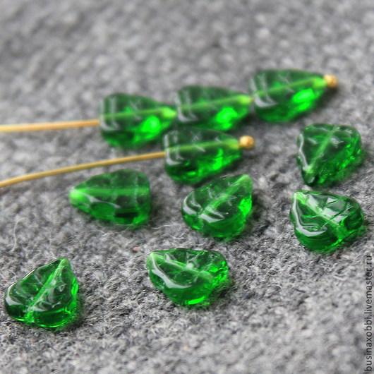 Чешские бусины листок зеленый, размер 8 мм х 10 мм. Бусины листочки имеют вертикальное отверстие около 1 мм Чешские бусины листочки из стекла