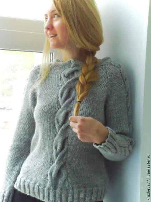 Джемпер вязаный светло-серый на 44 размер из верблюжьей шерсти.Шерсть мягкая, теплая , немецкого производства.Широкий рельефный рисунок, специальная выкройка.