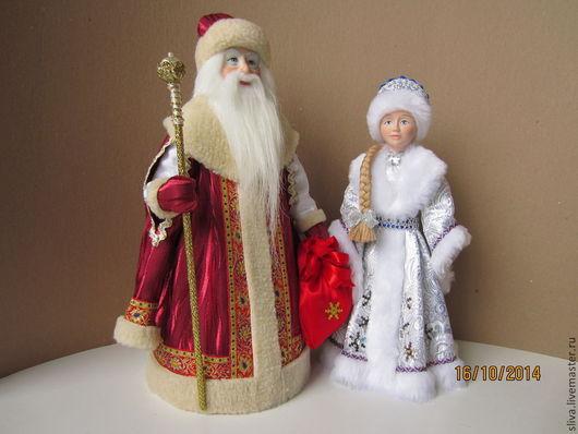 Дед Мороз и Снегурочка (Сладкая парочка3). Дед Мороз в бордовой боярской шубе, а Снегурочка в серебристой парчовой шубке со снежинками. Это самые любимые новогодние персонажи у взрослых и детей.