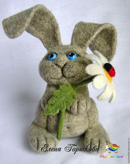 Игрушка валяная Заяц с ромашкой, ручная работа, сухое валяние, купить на Ярмарке Мастеров, заяц серый, натуральная шерсть