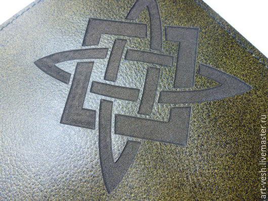 Обложка с символом Звезда Руси или  Квадрат Сварога  Обложка есть из кожи оливкового ицвета.