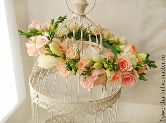Нежный кремово-розовый венок из роз и фрезии