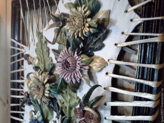картина с цветами. панно из кожи. картина из кожи. украшение дома. подарок на любой случай. цветы из кожи. кожаные цветы. Туся. астры. осенняя тема. цветочная фантазия. натуральная кожа. на стену.