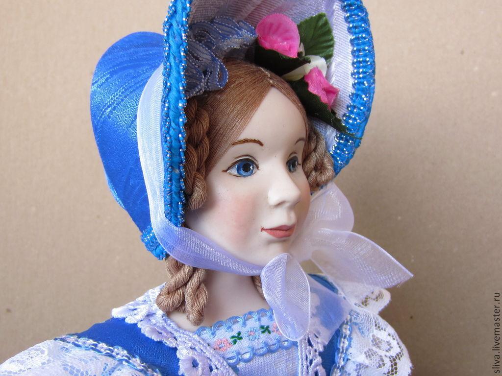 Кукла на чайник Весна. Нежные голубые тона ткани, цветы на платье напоминают чистое голубое небо и создают весеннее настроение. На голове шляпка-капор, украшенная цветами.Милое и приятное девичье лицо