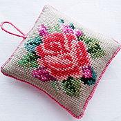 Подарки к праздникам ручной работы. Ярмарка Мастеров - ручная работа Розочка игольница с ручной вышивкой игольница вышитая розовый бежевый. Handmade.