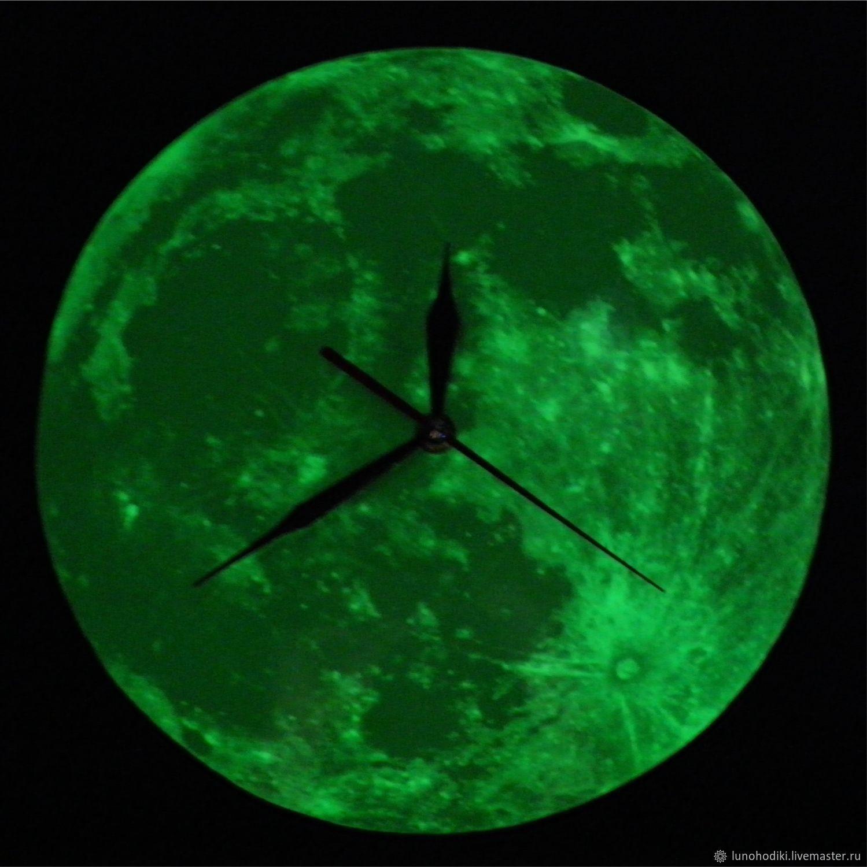 Часы `Луноходики` - накапливают свет днём и отдают его ночью.