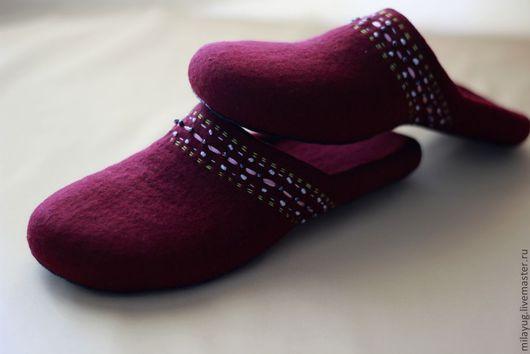 """Обувь ручной работы. Ярмарка Мастеров - ручная работа. Купить """"Бургундия"""" валяные тапочки.. Handmade. Бордовый, домашние тапочки, бисер"""