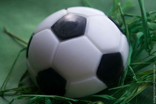 """Мыло ручной работы. Ярмарка Мастеров - ручная работа. Купить Мыло """"Футбольный мяч"""". Handmade. Чёрно-белый, подарок мужчине"""