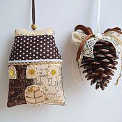 Подарки к праздникам ручной работы. Ярмарка Мастеров - ручная работа Новогодний домик и шишка (кофейные). Handmade.