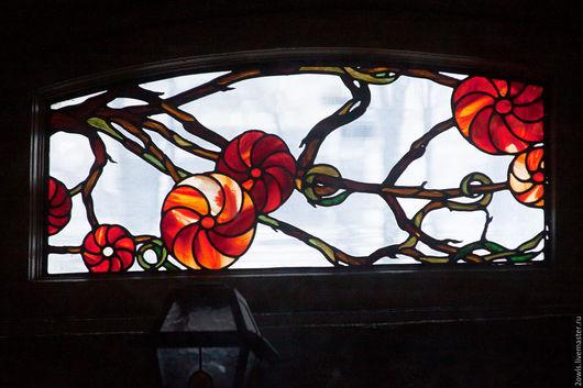 Витраж с цветочно-растительным элементом, с асимметричными переплетающимися ветвями, выполнен по старинной свинцово-паечной технологии. Авторский дизайн, элементы и тематика стиля Модерн. Установлен п