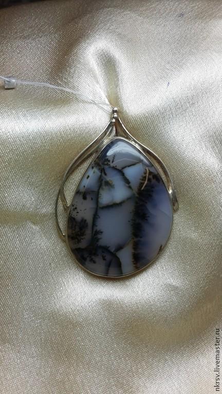 Кулон ` Зимняя сказка` из пейзажного агата. Авторская работа. Скрытая петля. Полупрозрачный камень, рисунок получается в 3D!