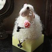 Мягкие игрушки ручной работы. Ярмарка Мастеров - ручная работа Овечка с розочкой. Handmade.