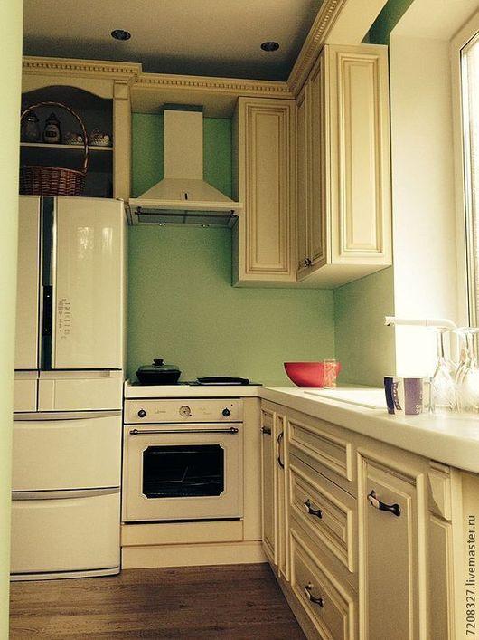 Светлая эргономичная кухня в стиле прованс с нишами для встраиваемой бытовой техники. Выполнена из натурального дерева, искусственно состарена. Оснащена качественной фурнитурой, доводчиками. Столешниц