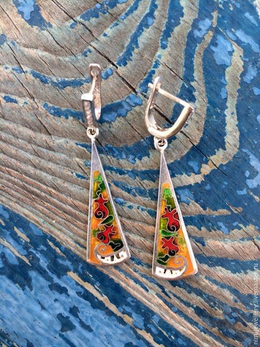 Серьги украшены маленькими циркониями, которые весело будут сиять на солнышке и радовать глаз!!!! ;)