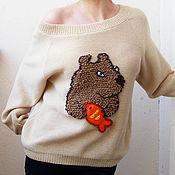 Одежда ручной работы. Ярмарка Мастеров - ручная работа Светлый джемпер с бурым медвежонком и золотой рыбкой. Handmade.