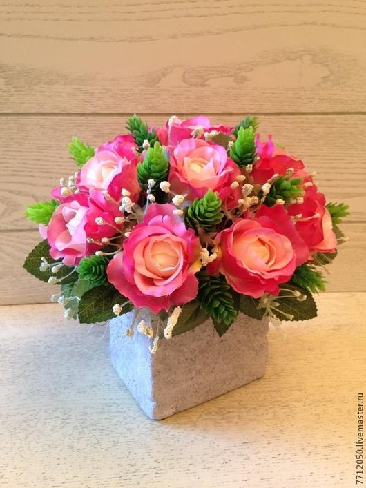яркая композиция из роз в брутальной сумочке композиция из роз хмель ярко-розовый розовый подарок для интерьера подарок для друзей для дома крупные розы большие цветы яркий букет цветы и флористика украшение вашего дома