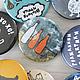 Броши ручной работы. Значок «3 бутылки и конфетка». Дизайн-гнездо Crowhouse. Интернет-магазин Ярмарка Мастеров. Брошь, натюрморт