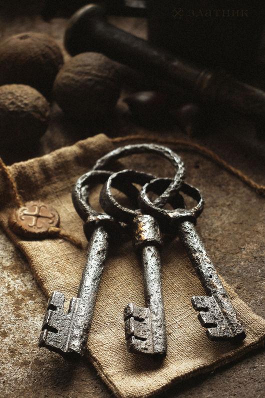 Три старинных ключа на связке. Старинные ключи конца 18 века