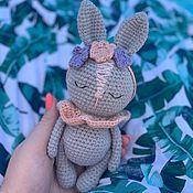 Мягкие игрушки ручной работы. Ярмарка Мастеров - ручная работа Вязаная крючком игрушка спящая зайка с цветочным ободком. Handmade.
