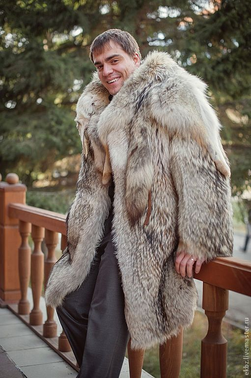 Мужское пальто их меха аргентинского волка. Прямого силуэта. Большой воротник шаль из целой шкуры с хвостом и мордой. Шлицы по бокам. Прорезные карманы. Обработан кожей овчины.