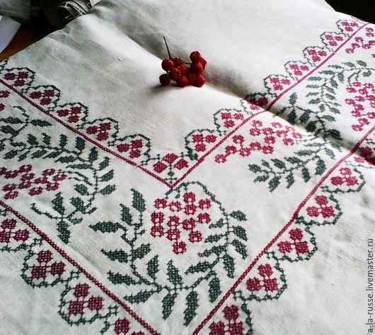 Скатерть льняная с вышивкой крестом `Осенний ягодный микс`. Бежевый лён на стол значительного размера, вышивка крестом рябиновых гроздей по периметру и в середине.