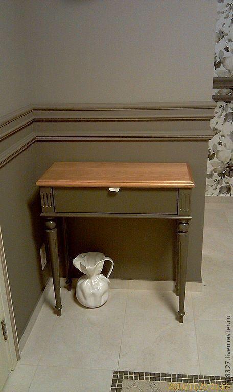 Console table in the hallway on the elegant turned legs and waxed top. It has a roomy shelf for storage. The difference in color and texture possible with manual work.