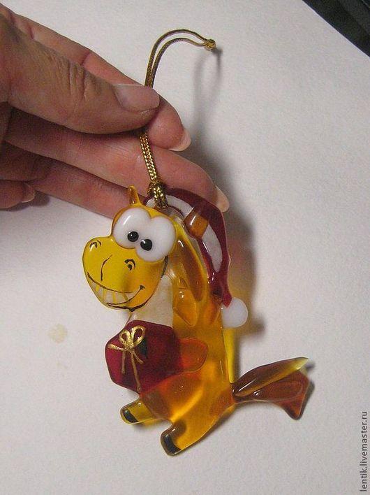 Новый год 2017 ручной работы. Ярмарка Мастеров - ручная работа. Купить Елочная игрушка .Счастливая лошадка...с подарком.. Стекло. Фьюзинг.. Handmade.