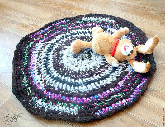Деревенский коврик придаст уют вашему дому и даче. Круглый текстильный этно-половичок ручной работы, выполненный в народном, «бабушкином» стиле, сохранит ваши ноги теплыми на полу, в бане.