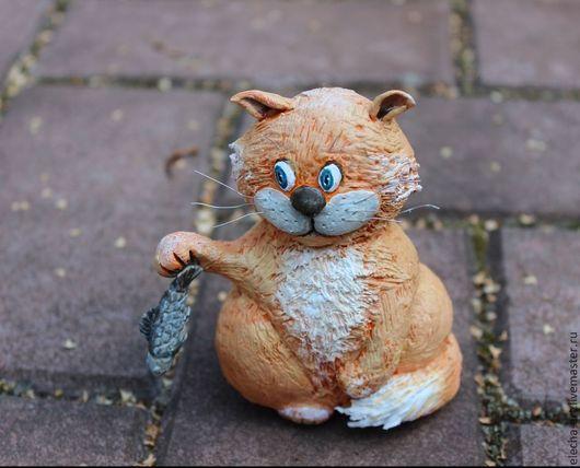 Игрушки животные, ручной работы. Ярмарка Мастеров - ручная работа. Купить Сувенирная фигурка из полимерной глины Котик с рыбой. Handmade.