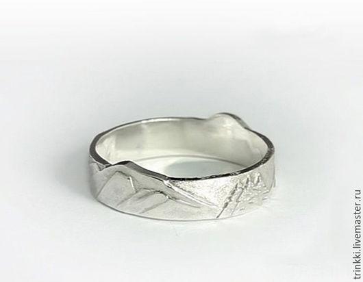 Это кольцо великолепно смотрится как на женской, так и на мужской руке.  Ширина кольца позволяет носить его постоянно, а сочетание полированного и матового металла придает ему особый шарм.