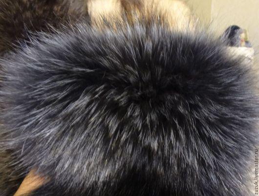 Опушка  меховая из натурального меха енота. Мех тонирован в сизый тон.Цвет подпушка темный, графитовый. Высокие ворсины `перья`- более светлые, с лиловым отливом. Опушка прекрасно украсит вашу любимую куртку. Может служить очень теплым меховым воротничком. Мех натуральный пышный, очень пластичный. От дуновений ветра - красиво колышется. С теплой опушкой из красивого енота вы не замерзнете в зимние морозы.   Так же выполню помпон и оторочку на рукава, меховые аппликации на варежки и перчатки!