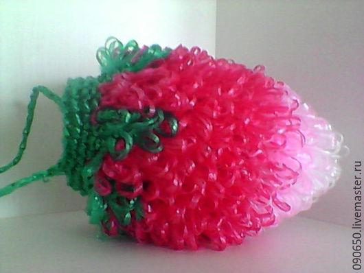 Красивая клубничка красного , бордового цвета , используется как игрушка , мочалка или просто как аксессуар .