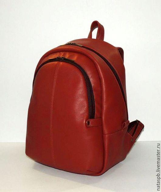 Рюкзак сшит из красивой гладкой плотной коричнево-рыжей кожи. Фурнитура под бронзу – отлично сочетается с кожей коричневого цвета.