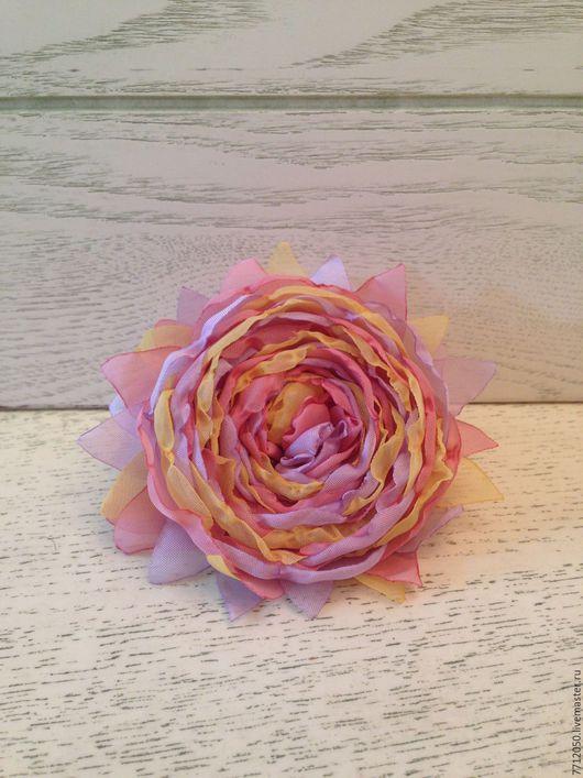 нежная разноцветная брошь цветок из шифона зефир красивая брошка недорогое украшение подарок на любой случай сиреневый желтый розовый цвет украшение из шифона лето