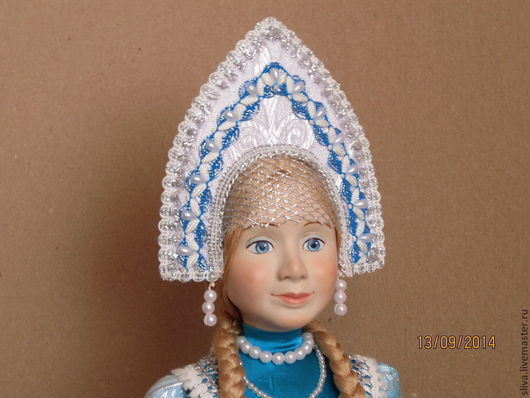 Кукла Снегурочка в красивой бирюзово-голубой одежде и русском кокошнике. Ручная работа. Прекрасное качество.Когда Новый год пройдет, зимняя красавица покинет нас до следующего декабря.