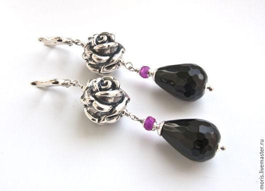 Длинные серьги из серебра, крупной розой из серебра (16 мм), крупными (20мм х 10мм) каплями черного оникса, с красивой огранкой, и маленьким, ограненным камушком из малиновой шпинели.