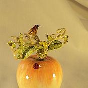 """Колокольчики ручной работы. Ярмарка Мастеров - ручная работа Колокольчик фарфоровый """" Птичке нравится вкусное яблоко"""". Handmade."""