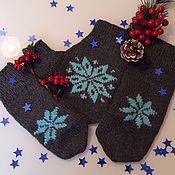 Варежки ручной работы. Ярмарка Мастеров - ручная работа Варежки для влюбленных серые с голубыми снежинками. Handmade.