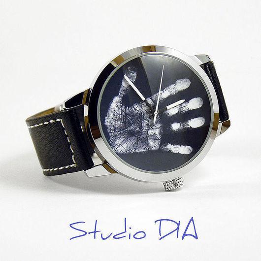 Дизайнерские Часы Рука На Черном. Студия Дизайнерских Часов DIA.