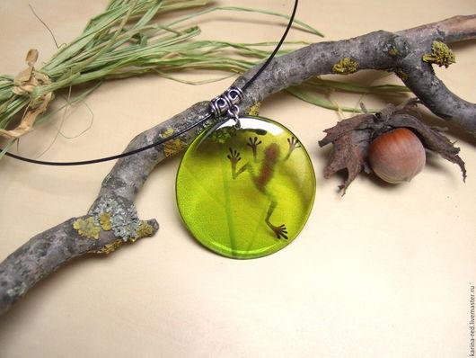 купить оригинальный милый яркий круглый кулон из ювелирной эпоксидной смолы зеленая лягушка тень на листике лес болто тина трясины сказка украшения ручной работы Карина Бойко