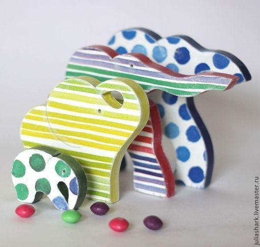 Интерьерные паззлы `Семья - четыре слона`. Юлия Shark. Мастерская добрых вещей `Солнце за пазухой`. Слоники на комод. Семейные традиции. Подарок семье. Подарки родителям. Разноцветный слон. Слоненок. Слонята. Мама папа двое детей. Новогодние подарки.