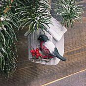 Подарки к праздникам ручной работы. Ярмарка Мастеров - ручная работа Ёлочная игрушка домик со снегирём. Handmade.