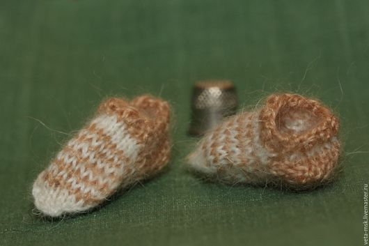 Маленькие следочки-тапочки. Связаны спицами из  тонких мохеровых ниток. Размер около 3 см. Цена за пару - 200 рублей