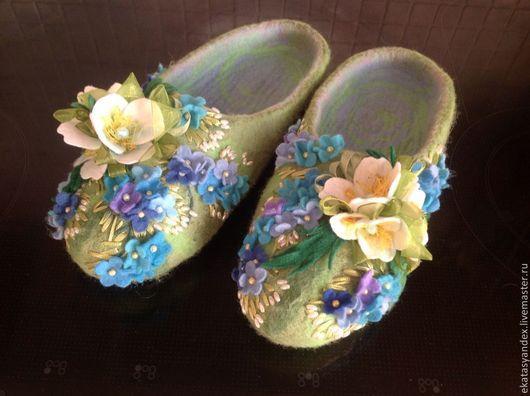 Обувь ручной работы. Ярмарка Мастеров - ручная работа. Купить Тапочки с незабудками и анемонами. Handmade. Голубой, валяные тапочки с цветами