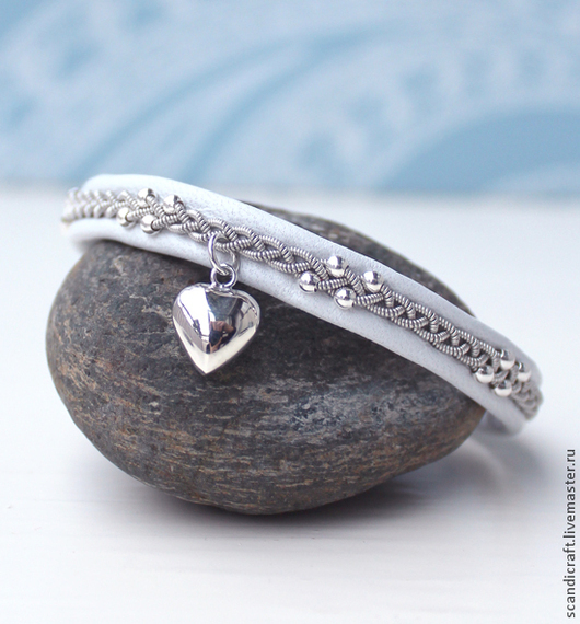 Шведский браслет из кожи оленя. Кожаный браслет ручной работы. Саамский браслет с бусинами серебро 925 пробы. Скандинавские украшения, скандинавский белый браслет. Серебряная подвеска сердце.